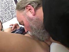Sa délicate vieux professeur baise rasée la chatte adolescent dans la salle de classe