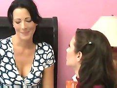 MILF מפתה את חבר שלה בשביל סקס לסביות מדהים