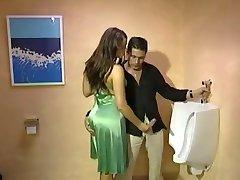 Entièrement Vêtu de Branlette dans les toilettes