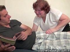 Büyük göğüsleri ve tüylü kedi ile tombul büyükanne becerdin alır