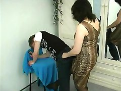 Matka zmusza faceta lizać cipkę