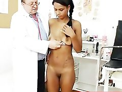 Странный гинеколог врач проверяет горячая латина киска