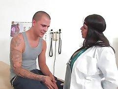 دکتر زن که fucks در بیمار