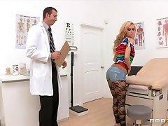 Bubblebutt blonde tiener Jessie Rogers neukt haar arts bigdick