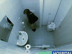 FakeHospital Verpleegkundige verleidt patiënt en geniet van het likken aan haar kut