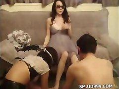 Chinois Maîtresse d'être servie, la fessée et humiliant ses couples d'esclaves
