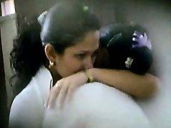 दो सुंदर लैटिना स्कूली पकड़ा चुंबन और प्रियतम वस्तु द्वारा एक आईना