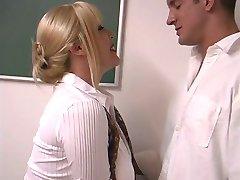 בוגרת בלונדינית עם חזה עצום נדפקת על ידי התלמידים בכיתה