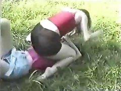 Catfight op gras