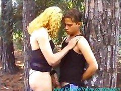 Smerige Tranny Sex Verlegen meisje in het bos