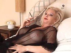 Hete Blonde Cougar met Roken Solo in Lingerie en Kousen
