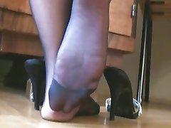 नाइलन के मोज़े और हाइ हील्स