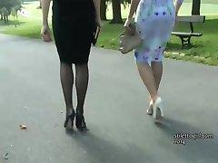 प्रशंसा इन दो सुंदर सेक्सी के साथ अपने सुंदर ऊँची एड़ी के जूते पर
