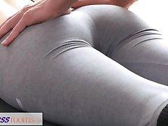 Güzel fitness modeli FitnessRooms Kirli yoga öğretmeni