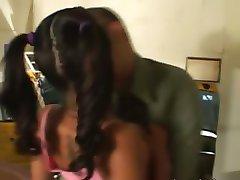 Молодая Токио женщина с косичками трахается