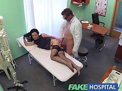 Doktor bulur FakeHospital Dövmeli Rus ödeme olarak onu kedi sunuyor sigortam var