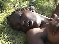 Волосатые тощие африканские подростки на КБО