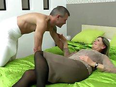 Sexy mamie sucer et baiser fille chanceux