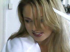 Prachtige Blonde Verpleegster Oude Man De Behandeling Van Een Patiënt