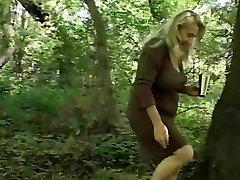 Chunky Granny's Poilue Chatte Baisée Dans Les Bois