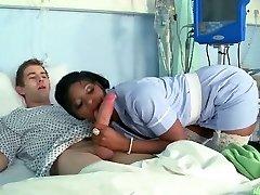 Zwarte Verpleegster Geneukt Door Een Grote Blanke Lul