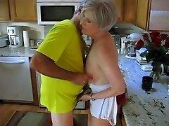La grand-mère dans la cuisine