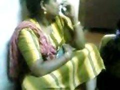 Femme de ménage montrant seins