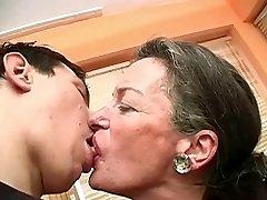 Embrasser Grand-Mère