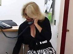 Nobriedis sekretārs saņem spermu uz viņas lielajām krūtīm