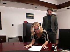 ניקול מזדיינים במשרד