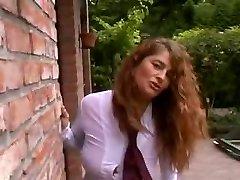 Sexy og busty krøllete MILF utendørs med 3 gutter