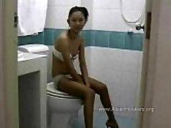 Тайская проститутка сосет хуй в туалете