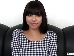 Simpatični 18-Letni Latina Na Vlivanje Kavču!