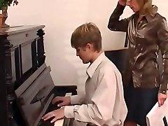 钢琴老师占主导地位她的学生
