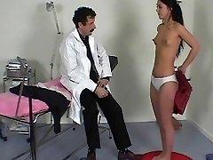 फ्रेंच चिकित्सक एक पूर्ण शारीरिक परीक्षा
