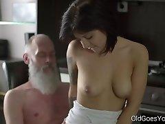 पुराने युवा - सेक्सी श्यामला Gerra और उसके आदमी
