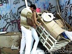 Nydelige Brasilianske modellen fungerer som prostituert i stygg bakgate
