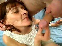 Grumbains Vecmāmiņa Spēlē ar Krānu