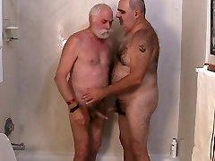 Dve zreli moški sestopu