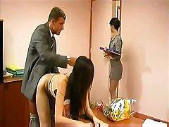 Laimīgs biznesmenis rāda, kāpēc viņš nolīga četrus sekretāru uzreiz