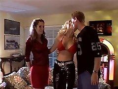 सेक्सी श्यामला अच्छा स्तन के साथ एक 69 करता है सोफे पर,