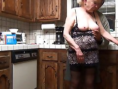 70 سنة من العمر الجدة يعطي وظيفة اليد يحصل على الوجه