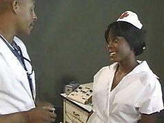 Ébène infirmière baisée par le docteur