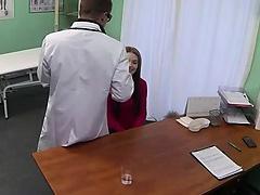 Pâle amateur baisée par son médecin à l'hôpital