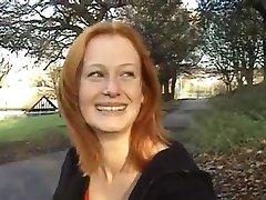 Rødhårete viser puppene hennes & ass utendørs