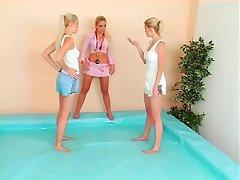 catfight w basenie