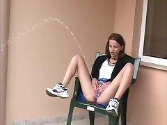 sexy, kinky mager tenåring utendørs makt piss 3
