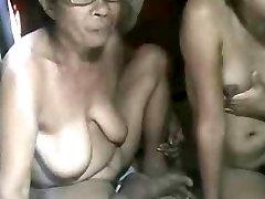 ФИЛИППИНКИ бабушка и не ее внучка, показывая на камеру
