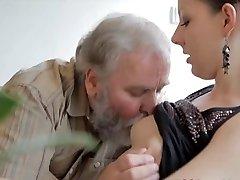 Nastolatka pieprzy się z staruszkiem, podczas gdy jej chłopak zegarek