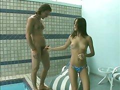 Ładny hiszpański blondi ssie kutasa, pobiera jej pussy pounded w basenie